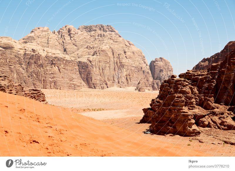 im Wüstensand und im Gebirge Abenteuerziel Rum Wadi Jordanien wüst Landschaft Natur Sand Tal Himmel Berge u. Gebirge rot Osten Felsen Mitte Tourismus trocknen