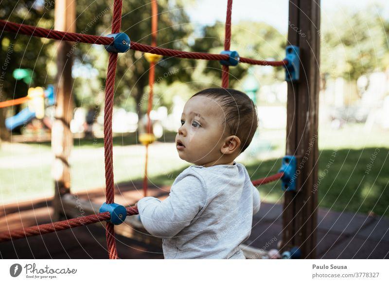 Kleinkind spielt auf dem Spielplatz Spielen Park Kindergarten 1-3 Jahre Freizeit & Hobby Mensch Farbfoto Freude Außenaufnahme Tag Lifestyle Fröhlichkeit Glück