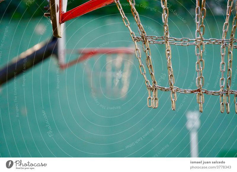 Basketballkorb, Straßenkorb in der Stadt Bilbao Spanien Reifen Sport spielen Spielen Gerät Konkurrenz Verlassen alt Gericht Feld Park Spielplatz im Freien