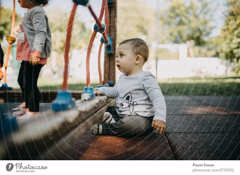 Kleinkind spielt auf dem Spielplatz Kaukasier Kind Kindergarten Spielen Park niedlich 1 Freizeit & Hobby Kindheit Außenaufnahme Freude Farbfoto Mensch Glück