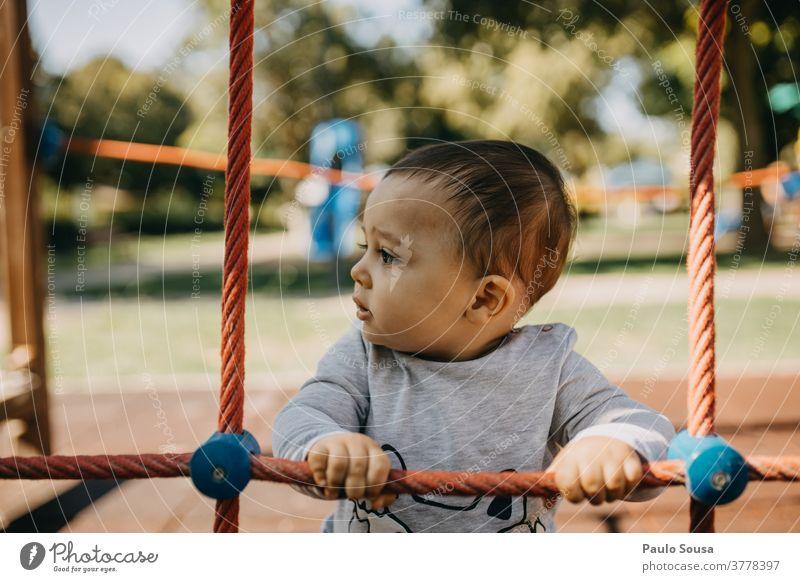 Kleinkind spielt auf dem Spielplatz Kind Kinderspiel Kindergarten Dschungelturnhalle 1 Tag Kindererziehung Außenaufnahme Farbfoto Mensch Kindheit Spielen Freude