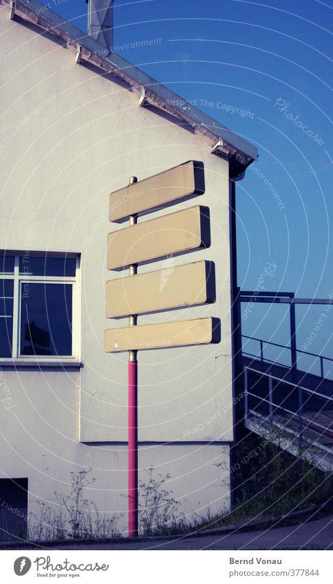 Vier mal nach Nirgendwo blau weiß rot Haus schwarz gelb Fenster Wand Straße Wege & Pfade Mauer braun Schilder & Markierungen leer Dach Geländer
