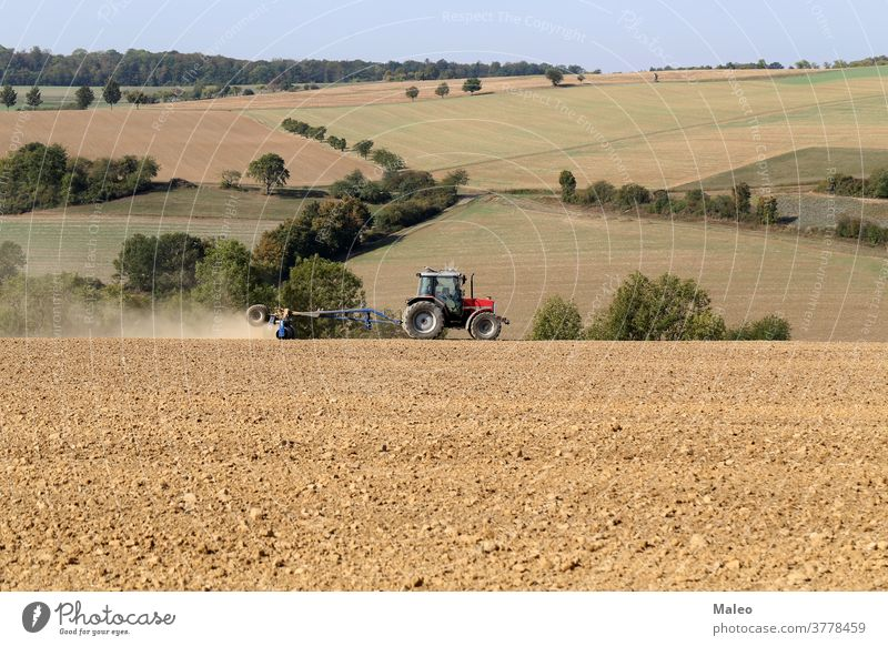 Traktor bei landwirtschaftlichen Arbeiten auf dem Feld Bauernhof Ackerbau Maschine Natur Land Landschaft Gerät Landwirtschaft Sommer Fahrzeug Industrie Weizen