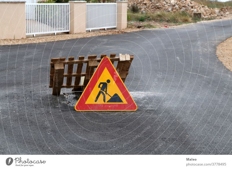 Straßenschild zum Wiederaufbau einer Straße Zeichen Reparatur Ermahnung Verkehr Konstruktion Symbol Angabe Aufmerksamkeit Vorsicht Grafik u. Illustration