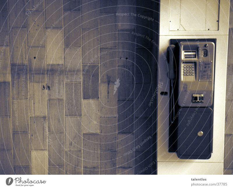 wohin geht sein weg...? Telefon Telefonzelle old-school obskur Schwarzweißfoto alt