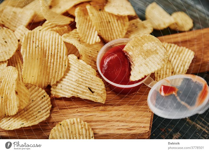 Kartoffelchips und Soße auf dem Tisch, Nahaufnahme Chips Trödel ungesund Lebensmittel Kalorien Ausschnitt knusprig Knusprig knackig lecker schnell Fett flach
