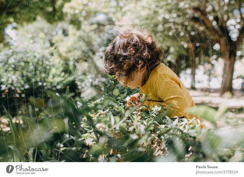 Kind spielt im Garten Kinderspiel Kindheit Spielen 1-3 Jahre Kaukasier farbenfroh Farbe Fröhlichkeit Freizeit & Hobby Farbfoto Außenaufnahme Neugier unschuldig