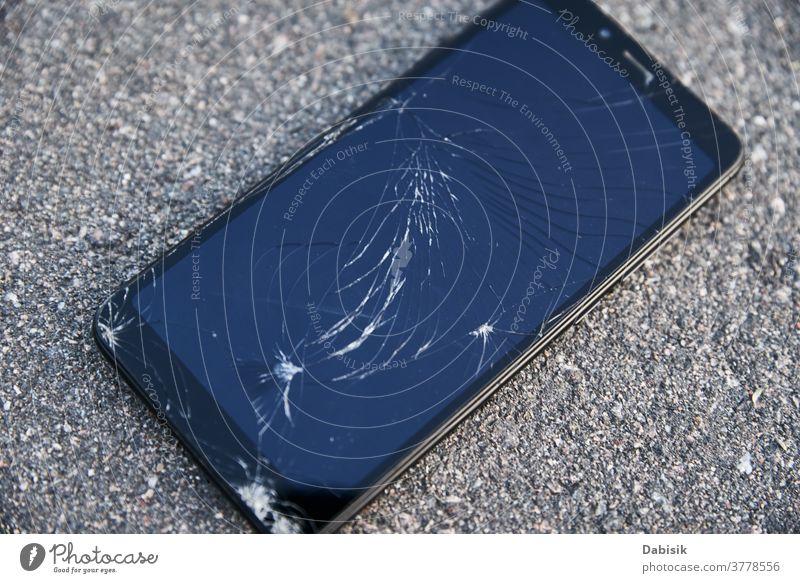 Beschädigtes Smartphone mit gebrochenem Touchscreen auf Asphalt Telefon Bildschirm Schaden Zelle fallen Tablette Stock Mobile Straße Riss zerschlagen
