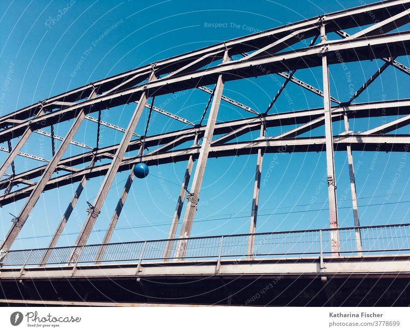 Brücke  Stadt Frankfurt am Main Architektur blau Himmel Außenaufnahme Farbfoto Menschenleer Bauwerk Tag Schönes Wetter Verkehrswege schönes Wetter Sonnenschein