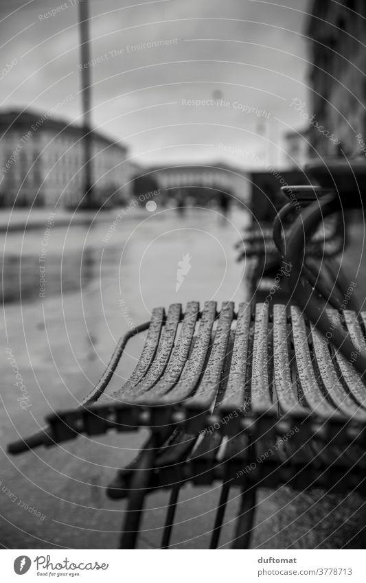 Regentropfen auf Gartenstuhl schwarz/weiß Stuhl Monochrom Tropfen draußen Platz naß nass Wassertropfen Nahaufnahme Makroaufnahme Natur feucht Detailaufnahme