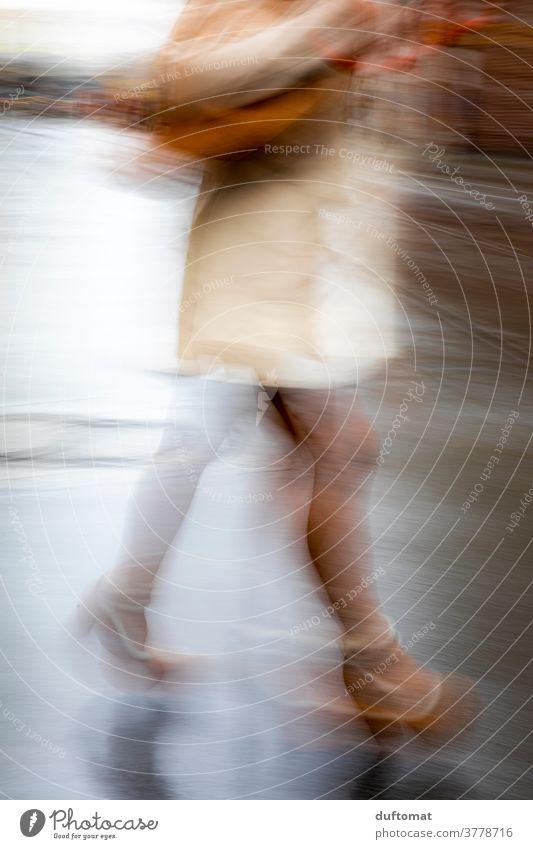 Verwischte Aufnahme von Beinen einer Frau Shopping unscharf lange Beine high heels Speed Schnelligkeit beeilung Eile Bewegung verwischt Fuß laufen