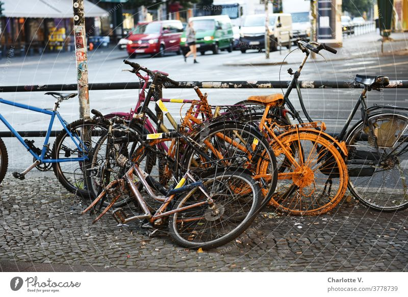 Fahrradhaufen Fahrräder Außenaufnahme Straße Verkehr Großstadt parken Verkehrsmittel Stadt Mobilität Tag Straßenverkehr Verkehrswege Farbfoto Kreuzung Schrott