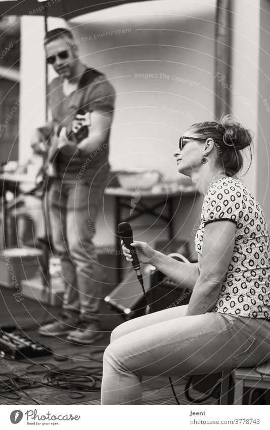 Bassist und Sängerin - Leidenschaft für Musik Musiker Gitarre hören singen Leben fühlen genießen Ton Töne Klang musizieren akustisch Bassgitarre Schwarzweißfoto