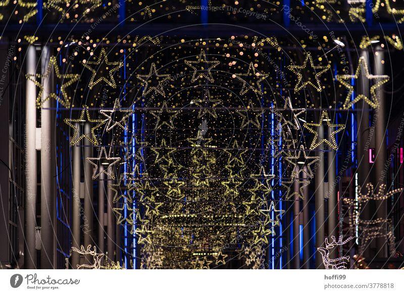 Weihnachtsbeleuchtung mit Sternen und Lichterketten in einer Passage leuchtende Farben Weihnachten Weihnachtsmarkt Weihnachtsbaum Unschärfe Feste & Feiern