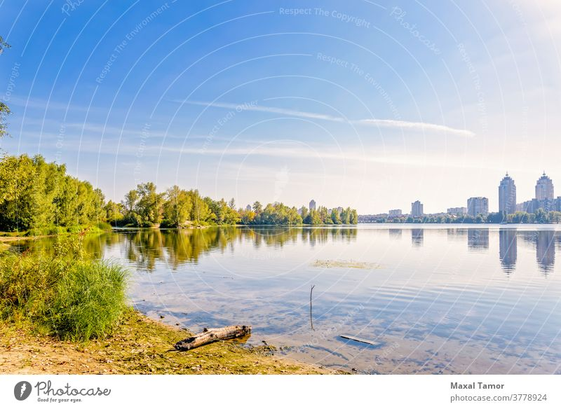 Fluss, Bäume und Stadtsilhouette Dnjepr Kiew kyiv Obolon Ukraine Herbst blau Gebäude Großstadt Cloud fallen Wald Gras grün See Landschaft üppig (Wuchs) Morgen