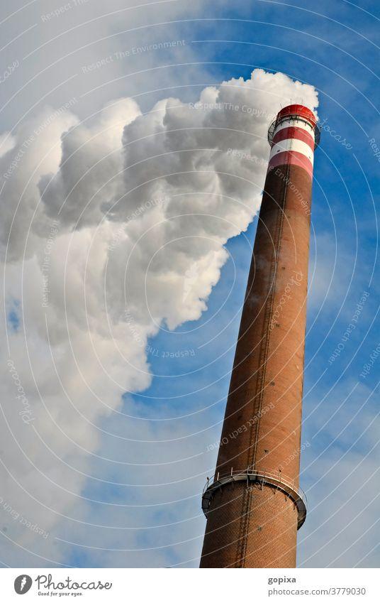 Fabrikschlot mit Rauch Schornstein Qualm hoch Schlot Abgas Umwelt Ökologie Industrie Klimawandel Industrieanlage Umweltverschmutzung Außenaufnahme