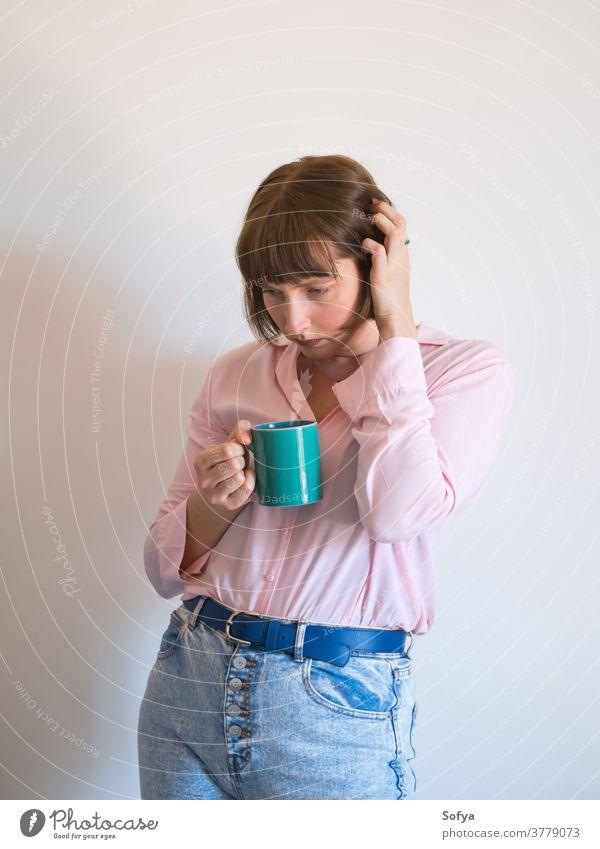 Junge traurige Frau trinkt Kaffee und denkt nach jung Depression Stress gestresst Gefühl beunruhigt Psychologie mental unglücklich einsam rosa ernst Denken