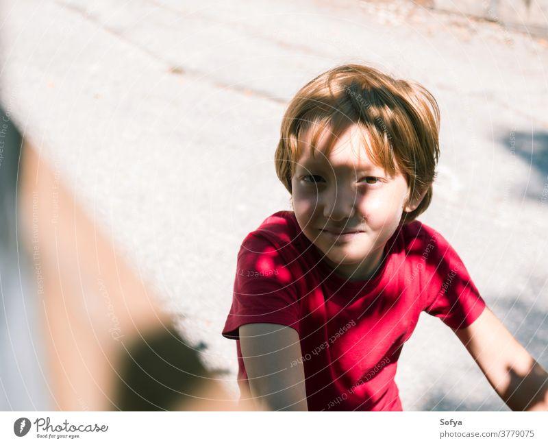 Kleiner Junge spielt im Sommer im Freien Lifestyle Kind authentisch Freiheit Fahrrad Natur Gesicht Lächeln Sonne Spaß wenig Porträt niedlich Freude blond