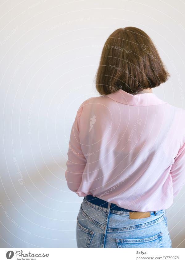 Junge Frau drehte sich mit dem Rücken zu jung wurde Depression Stress gestresst Gefühl beunruhigt Psychologie mental unglücklich einsam rosa traurig