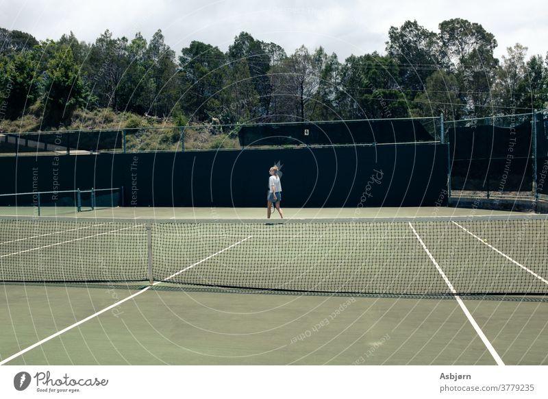 Frau auf dem Tennisplatz Sport Spielfeld im Freien Netz Padel Remmidemmi Ball Freundschaft Zusammensein Spaß echte Menschen offen wirklich Leben Zeit verbringen