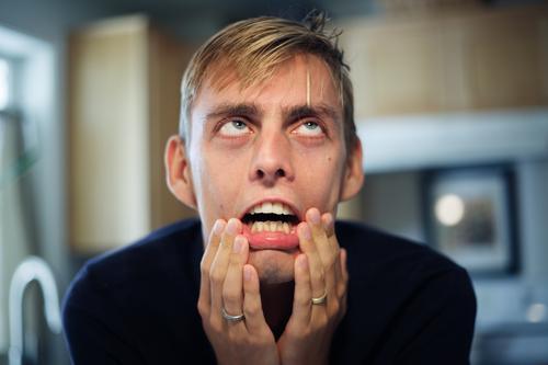 Mann gestresst und frustriert überrascht verwirrt ängstlich Ausdruck warum? Denken Zukunft Mensch Gefühle lustig Porträt Gesicht Stress Problematik Verzweiflung