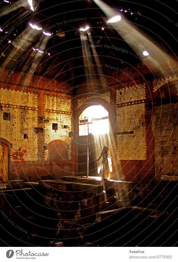 Mystisch - oder in einer großen Licht durchfluteten Halle, steht eine geheimnisvolle Erscheinung in einem weißen Gewand Gebäude Architektur Bauwerk Farbfoto Tag