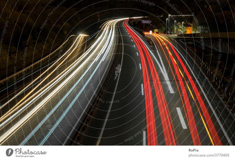 Lichtspuren auf einer Autobahn. Straße motorway Geschwindigkeit speed crossing Unterführung Bewegung Rohr Technik Infrastruktur Stadt Verkehr Verkehrsführung