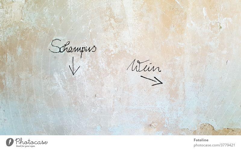 Schampus - Wein - oder Schriftzüge an einer alten verfallenen Wand verputzt Putz Wandputz Mauer lost places bröckeln Menschenleer Farbfoto Innenaufnahme Tag