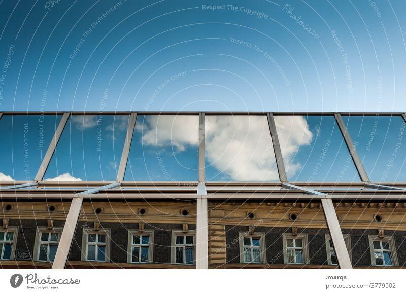 Alles unter einem Dach Haus Glasfassade Neubau Altbau Fenster Gegensatz Himmel Schönes Wetter Wolken Wolkenloser Himmel Irritation Reflexion & Spiegelung