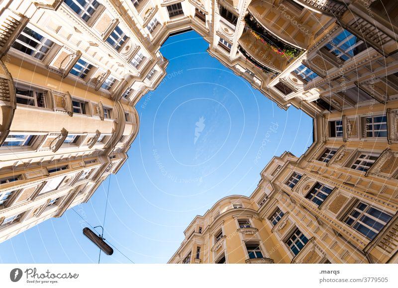 Innenhof Wohnhaus Architektur oben Froschperspektive Wolkenloser Himmel Fenster Fassade schön aufstrebend historisch