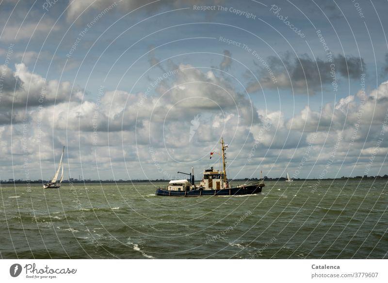 Fischkutter und Segelyacht bei windigem Wetter auf dem IJsselmeer Natur Wasser Wellen Schifffahrt Meer Horizont Wolken Himmel Ferien & Urlaub & Reisen segeln