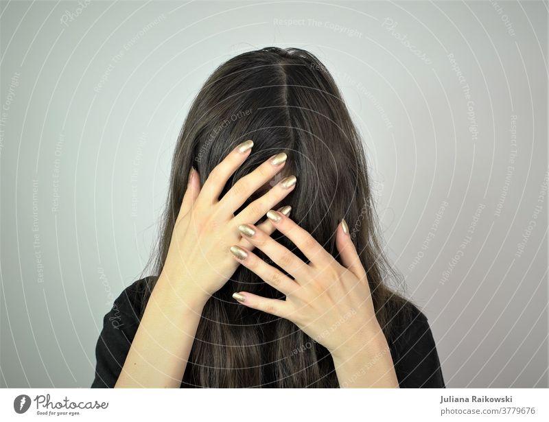 Frau mit Haaren und Händen vorm Gesicht Selbstportrait Porträt Kopf Haare & Frisuren Gefühle schön schwarz geheimnisvoll verstecken Traurigkeit feminin