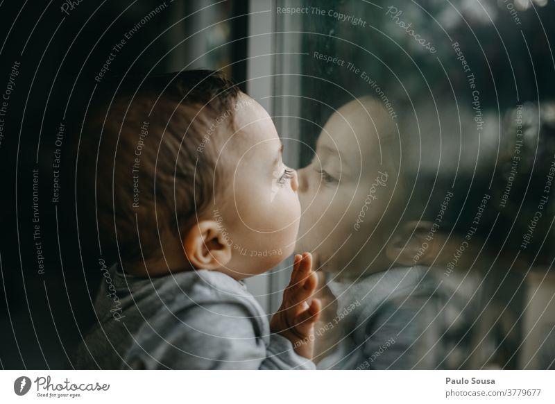 Kleinkind küsst Glasfenster Reflexion & Spiegelung Fenster Kind Kaukasier Küssen Kuss Junge Farbfoto Kindheit Mensch Freude Tag Innenaufnahme niedlich klein