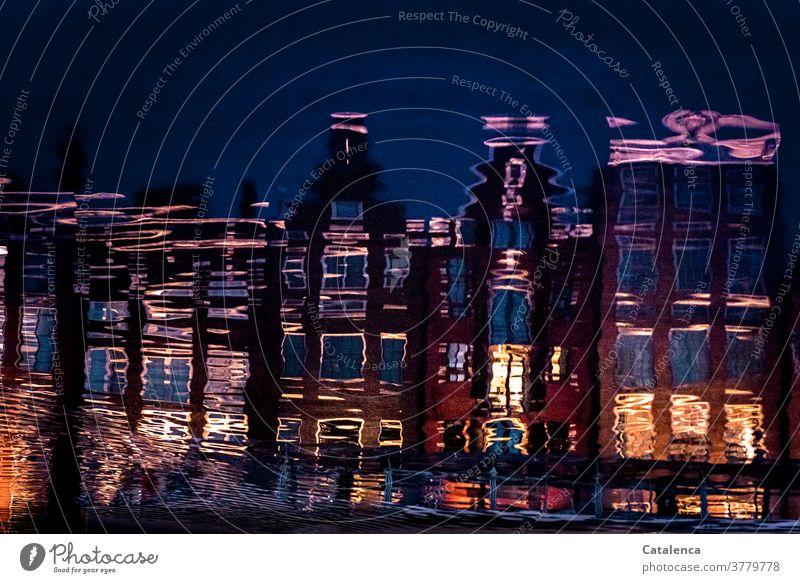 Illusion | Spiegelungen Häuserfront Wasser Stadt Amsterdam Architektur Abends Licht Fenster Fassade Reflexion und Spiegelung Gebäude Bauwerk Himmel Nachts