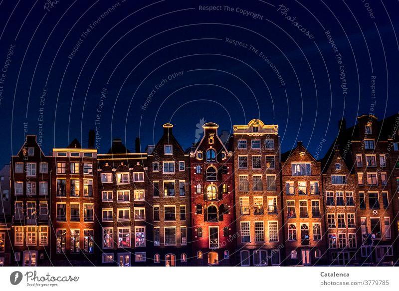 Kunst am Bau / Lichtkonzept Fassade Architektur Bauwerk Gebäude Häuser Häuserreihe Stadt Wohnen Wohnungen Nachts Beleuchtung alt dunkel farbig Blau urban