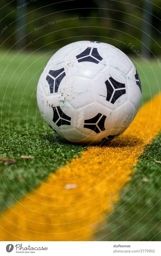 Fußball auf der Linie eines Fußballfeldes Ball grün Sport Rasen Kunstrasen Sportplatz Fußballplatz Ballsport den Ball herumkicken Spielfeld Gras