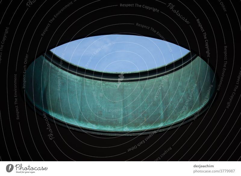 Rundes Oberlicht mit Himmel Blick, Ein Rundes Oberlicht an der Decke mit Blick zum blauem Himmel. Architektur Farbfoto Gebäude Innenaufnahme Menschenleer Tag