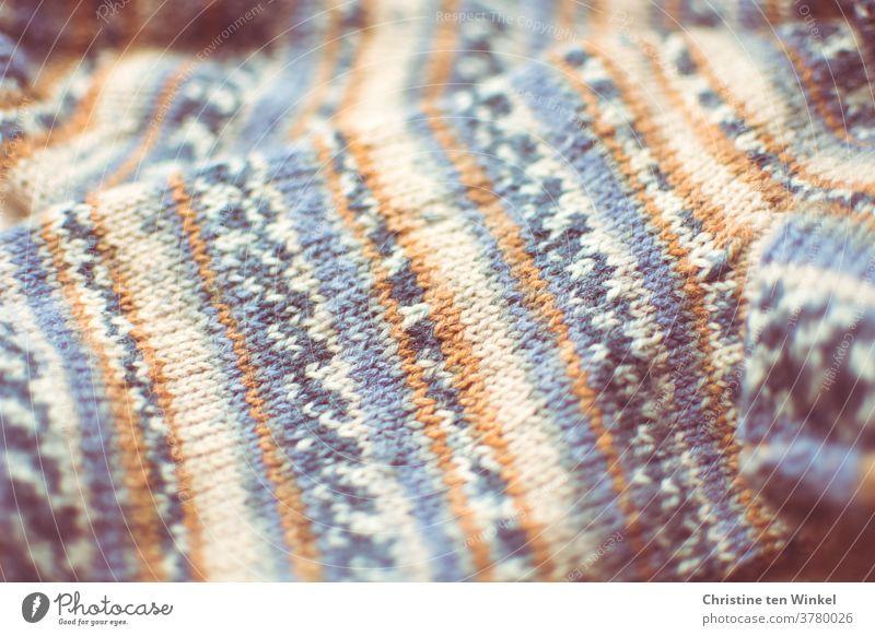 Handgestrickte warme Wollsocken für Herbst und Winter mit Muster. Nahaufnahme Socken stricken handgestrickt selbstgemacht Wolle Freizeit & Hobby Handarbeit