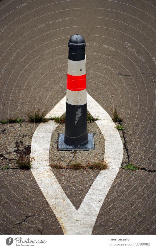 Poller auf einem Fahrradweg mit Extramarkierung asphalt abstand poller fahrradspur unfallgefahr unfallschutz verkehrsregel verkehrslenkung straße sicherheit