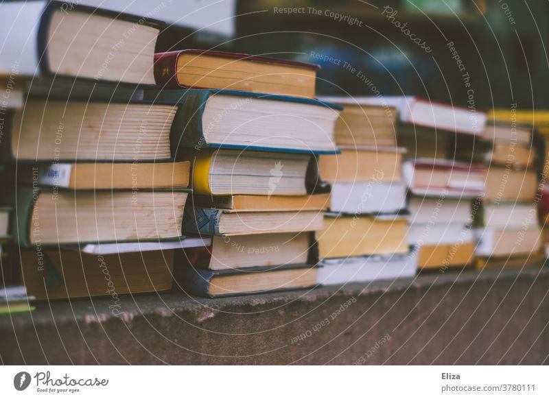 Alte Bücher Stapel viele antiquarisch alt Bücherei Flohmarkt unterschiedliche lesen Literatur Bildung Bibliothek Lesestoff