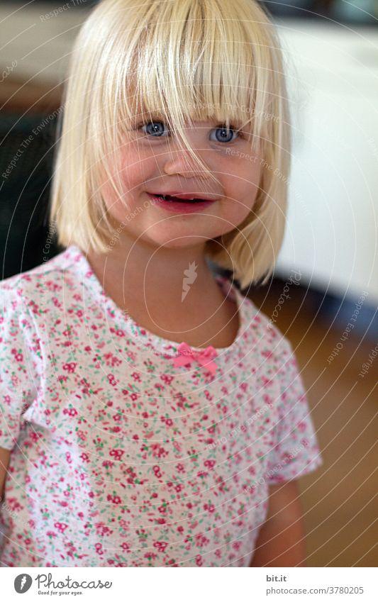 unverblümt geblümt Mädchen Kind Mensch blond blondes Haar Glück glücklich lachen Lächeln lächelnd lachend Unbekümmertheit Unbeschwertheit Blumenmuster Freude