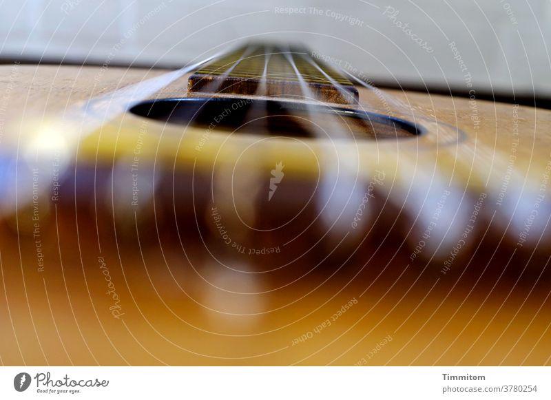 Wen die Muse küsst | der greift auch als Laie zum Instrument Gitarre Musikinstrument musizieren Gitarrensaite Nahaufnahme Schwache Tiefenschärfe akustisch