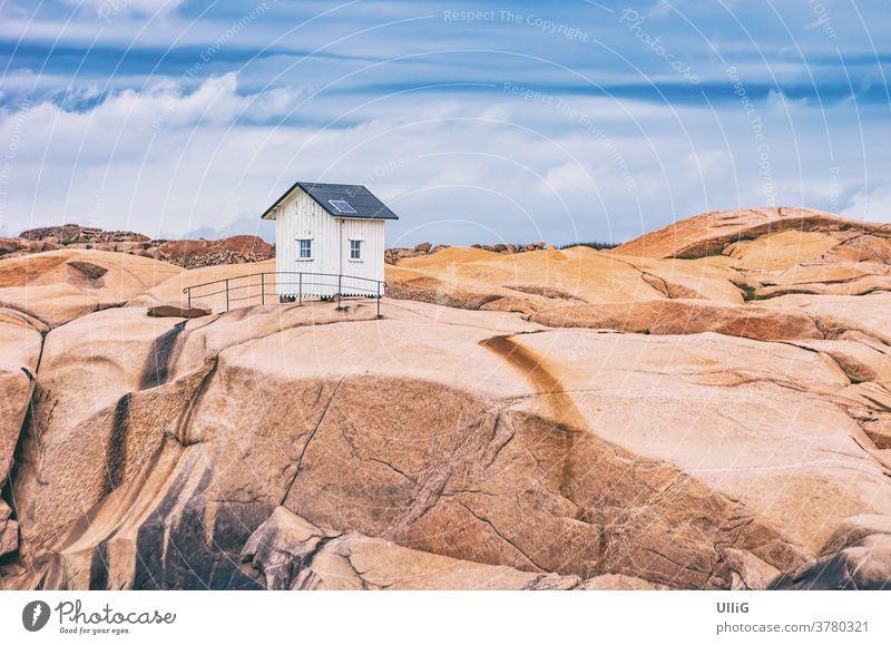 Kleine Holzhütte auf einem Granitfelsen - Kleine Holzhütte auf einem Granitfelsen im Naturreservat (Stångehuvuds naturreservat) vor Lysekil, Bohuslän, Västra Götalands län, Schweden.