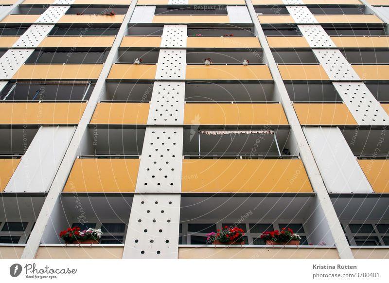 siebziger jahre mehrfamilienhaus fassade balkone gebäude wohnhaus hochhaus wohnblock wohnungen mietshaus markisen blumentöpfe architektur fassadengestaltung