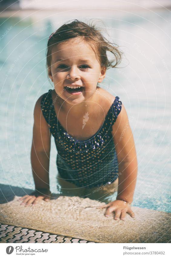 Kleine Liese Mädchen Mädchenportrait Kind Kindererziehung Kindheit Kindheitstraum Kindheitserinnerung Urlaub Urlaubsstimmung baden Pool Schwimmen & Baden
