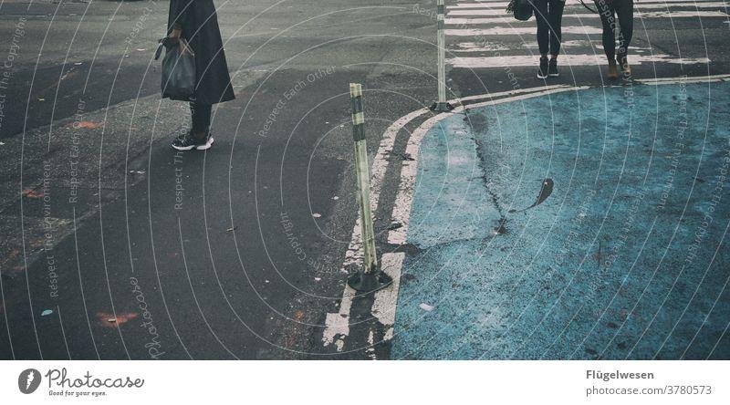 Ich warte mein halbes Leben warten wartend wartenbackstein. rot warten sitzen Ampel Straße Straßenverkehr Straßenkunst Straßenbelag Straßenkreuzung Straßenrand