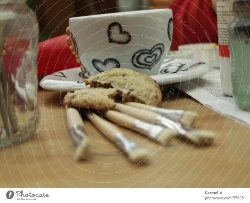 Künstler Pause Ernährung Herz Tisch Kaffee Tasse Backwaren Pinsel Keks