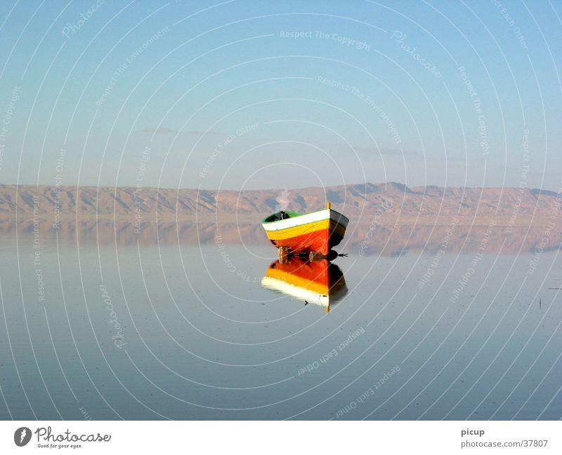 wartende arche Wasserfahrzeug ruhig See. Ebbe Ferne Schönes Wetter