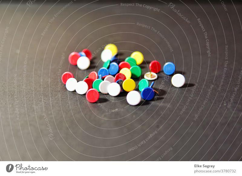 Reißzwecken bunt gemischt Farbfoto Menschenleer mehrfarbig Büro farbenfroh