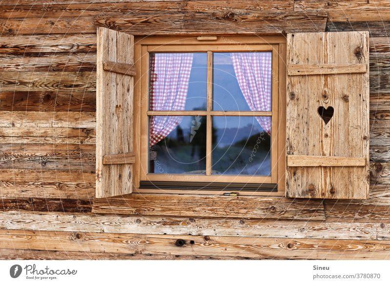 Fensterladen mit Herz Hütte Berghütte Holzhütte Gardinen kariert karierte Gardinen Reflexion Berge Alpen Gebirge Alm Almhütte Wanderhütte wandern Wanderurlaub